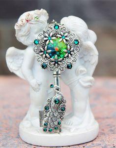 Green peacock vintage fantasy swarovski key pendant Key Jewelry, Cute Jewelry, Resin Jewelry, Jewelery, Jewelry Accessories, Unique Jewelry, Fantasy Jewelry, Gothic Jewelry, Marvel Gems