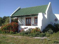 Finding Pretty Again: West Coast Flowers, Memories and a Beach house with a difference Cabins And Cottages, Beach Cottages, Cottage Homes, Cottage Style, Tiny Beach House, Fishermans Cottage, African House, Dutch House, South African Artists