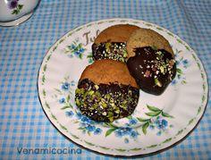 Galletas de pistacho y chocolate Chocolate, Muffin, Breakfast, Food, Pistachio Cookies, Morning Coffee, Essen, Chocolates, Muffins