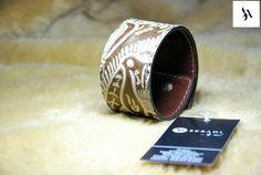 Bratara din piele naturala 33 -maro cu gri -imprimeu floral -captusita cu piele maro -margine finisata cu negru -inchizatoare metalica bronz -dimensiuni: L=19-20cm l=4cm  PRET: 55 Lei