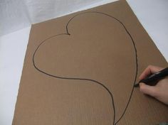 Draw a large heart shape on the cardboard. Diy Wedding Magazine, Parts Of The Heart, Wedding Directions, Christmas Cover, Frame Wreath, Weaving Techniques, Shape Design, Design Tutorials, Dried Flowers