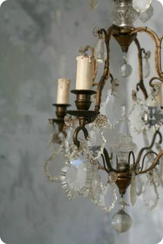 A chandelier MUST look vintage. Chandelier Bougie, French Chandelier, Antique Chandelier, Chandelier Lighting, French Decor, French Country Decorating, Farmhouse Tv Stand, Mini Loft, Wall Lights