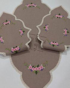 #brezilyanakışı#salontakimi #yatakodasıtakımı #servistakımı #mutfaktakimi olarak istenilen renklerde kişiye özel tasarım… Embroidery On Clothes, Brazilian Embroidery, Curtain Designs, Crewel Embroidery, Cross Stitch Designs, Christmas Fun, Diy And Crafts, Sewing, Crochet