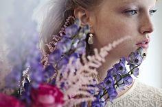 Eefje de Coninck / ist 26 Jahre alt und lebt in Belgien. Studiert hat Eefje digitale Fotografie, privat bevorzugt sie jedoch die analoge Kameratechnik. Sie arbeitet mit beidem, mag aber den Charm und den Stil der analogen Fotografie mehr. Inspiriert ist die Fotografin von Frauen und ihrer Schönheit. In ihren Arbeiten möchte sie eine bestimmte Stimmung transportieren und fühlt sich dabei angezogen von melancholischen bis verträumten Motiven. Sie hält Mome...
