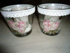 leuke decoratie van servetten op een glazen bloempot , afgewerkt met kant.