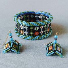 manchette et boucles d'oreilles #bijoux#jewels#manchette#cuff#bouclesdoreilles #earrings #miyuki#perles#beads #peyote#delicas #handmade #faitmain#bracelet#jenfiledesperlesetjassume #handcraft #perlesandco