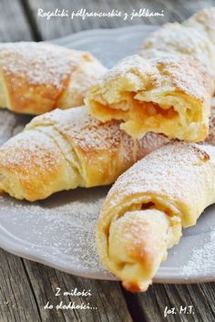 Z mi?ci do s?francuskie z jab? Sweet Recipes, Cake Recipes, Rugelach Recipe, First Communion Cakes, Sweet Buns, Bread Cake, French Pastries, Croissants, Cookie Desserts