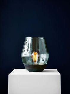 Bowl Table Lamp – en bordslampa i glas och koppar formgiven avKnut Bendik Humlevik för New Works. Det tonade glaset omsluter glödlampan, nästan som en rökig aura. Detta ger ett lugnt och behagligt ljus oavsett var Bowl Table Lamp placeras. Välj mellan två olika färgsättningar, en i rödbruna toner och en i gröna.