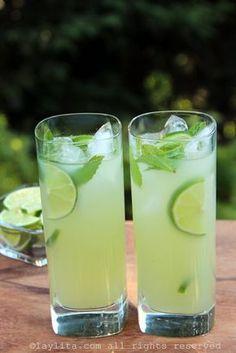 Limonada de vodca com hortelã Cocktail Vodka, Cocktail Recipes, Drink Recipes, Vodka Limonade, Yummy Drinks, Healthy Drinks, Limeade Recipe, Refreshing Summer Cocktails, Party Drinks