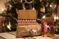 Nuori Koti - joulupakettejen koristelua servetein ja saviset nimilaput Koti, Paper Shopping Bag, Gift Wrapping, Gifts, Bags, Home Decor, Gift Wrapping Paper, Handbags, Presents