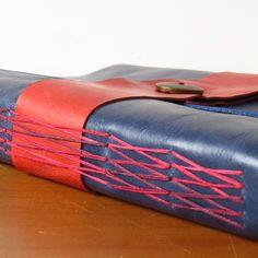 Feito por Espelho Meu Detalhes! Caderno tipo diário feito por encomenda. Capa em couro, costura crossed long stitch aparente, 80 fls papél polén bold 90g/m2, tamanho b5! #bookbinding #encadernação #feitoamao #feitoamão #handmade #leather #couro #azul #vermelho #azulcomvermelho #caderno #journal #book #leatherjournal #detail #detalhe #artesanato #cdqf #cores #vintage #old #antigo #medieval #costura #degradê #maleável #desenho #escrita
