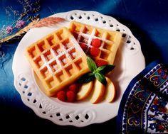 He aquí una de mis recetas favoritas para el desayuno y también la hora del té: ¡waffles! ¡Qué estupendos que son! Para que puedas prepararlos en casa tú mismo, y en el momento que quieras, aquí tienes la receta básica de la masa de waffles. Luego puedes agregarle lo que más te guste, desde dulces, bayas, mie