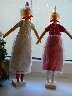 krásne vianočné tildy na drevenom podstavci vhodné ako dekorácia do okna ušité z kvalitnej bavlny, kombinácia zlatej a červenej , vrchná suknička zo zlatými hvieždičkami , priesvitnej ako ako závoj v lome svetla a slnka robí krásny lesklý efekt , vlásky na dotyk ako skutočné, Veľkosť: cca 50 cm