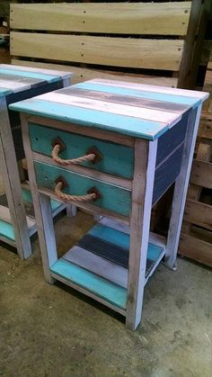 Pallet Furniture Small side tables out of pallet wood - If the idea is to build some DIY Bathroom Pallet Projects, embrace the catalog of what to make with pallets. Diy Pallet Projects, Wood Projects, Woodworking Projects, Furniture Projects, Woodworking Tools, Woodworking Furniture, Popular Woodworking, Unique Home Decor, Home Decor Items