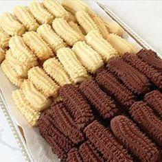 Sunum sahibi @lezizsofralar Tirtil kurabiyeyi ben iki ölcü yaptim arkadaslar biri kakaolu digeri sade malzeme ayni tek fark sade yaparsaniz kakao eklemeyeceksiniz 👍 MALZEMELER:(kakaolu tirtil kurabiye) 250 margarin veya tereyagi 1 cay bardagi siviyag 2 yumurta 1 su bardagi pudra sekeri yarim paket kabartma tozu 1 paket vanilya 3 yemek kasigi kakao alabildigi kadar un YAPILISI: Tüm malzeme kulak memesi yumusakliginda yogurulur ve tirtil uc aparatindan cikartilarak yaglanmis tepsiye dizilir… Sweet Cookies, Yummy Cookies, Cake Cookies, Moroccan Desserts, Cookie Recipes, Sweets Recipes, Mini Tart Shells, Hungarian Desserts, Turkey Cake