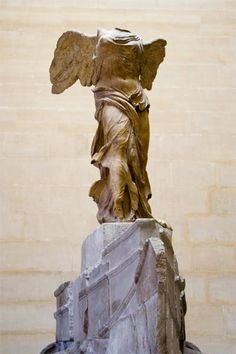 La Victoria alada de Samotracia, también conocida como Victoria de Samotracia y Niké de Samotracia, es una escultura exenta de bulto redondo perteneciente a la escuela rodia del periodo helenístico. Se encuentra en el Museo del Louvre, París.