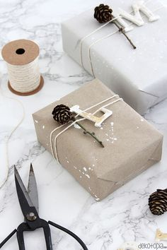 Golden gift tags made of molding material - dekotopia - wraps Creative Gift Wrapping, Wrapping Ideas, Creative Gifts, Wrapping Papers, Wrapping Gifts, Noel Christmas, Christmas Gifts, Craft Gifts, Diy Gifts