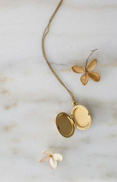 Vintage gold filled oval necklace with feminine and pretty etched floral motif on delicate metal chain. Romantic Paris, Romantic Woman, Esquivel, Vintage Inspired Outfits, Jewel Box, Vintage Accessories, Artsy Fartsy, Vintage Dresses, Gold Necklace