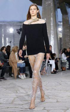 Loewe reunió en París a los círculos más influyentes de la moda para mostrar las nuevas creaciones del diseñador británico Jonathan Anderson, que presentó una propuesta en la que mezcla futurismo y líneas clásicas