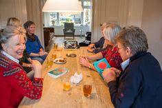 Een leesclub in actie, met de discussie-video's van Honolulu King. King Book, Club, School, Table, Tables, Desk, Tabletop, Desks