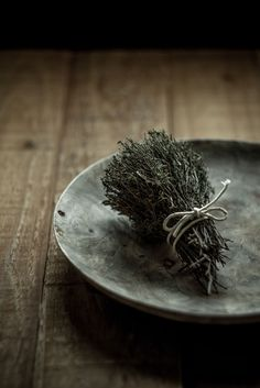dry thyme on a handmade olive wood plate on raw timber table (photo by Miroslav Jesensky) Wabi Sabi, Ikebana, Japanese Philosophy, Japanese Aesthetic, Japanese Style, Mets, Food Styling, How To Dry Basil, Earth Tones