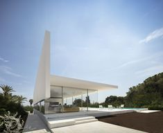 An extruded T-shaped roof that doubles as a walkway covers a glazed box in the dramatic Hoffman House designed by Fran Silvestre Arquitectos in Valencia. Farnsworth House, Philip Johnson, Valencia, Residential Architecture, Interior Architecture, Interior Design, Stone Stairs, Surrealism Painting, Los Angeles Homes