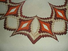 Barguello Broderie Bargello, Bargello Needlepoint, Crochet Tablecloth, Plastic Canvas Patterns, Ribbon Embroidery, Cross Stitch Patterns, Needlework, Free Pattern, Diy And Crafts