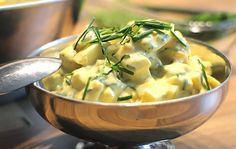 Eiersalat ist ein wahrer Rezeptklassiker und schmeckt selbst gemacht gleich viel besser. Der schnelle Eiersalat eignet sich wunderbar als Low Carb Brotaufstrich.