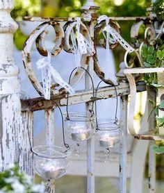 LYS I MØRKET: Når skumringen faller på er det fint å tenne tusen små lys. Heng gamle syltetøyglass, eller andre glass, i ståltråd, og du kan få en hage full av særegne lykter.=