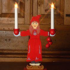 Carl Larssons Sundborn Flicka LED. En flott og sjarmerende LED lysestake som i stil og design er inspirert av Carl Larsson. Carl Larsson var kunstmaler og tegner, og en av Sveriges mest populære kunstnere. Sundborn, byen der hans hjem ennå ligger i Dalarna i Sverige, var et av Sveriges mest omtalte hjem i sin tid.