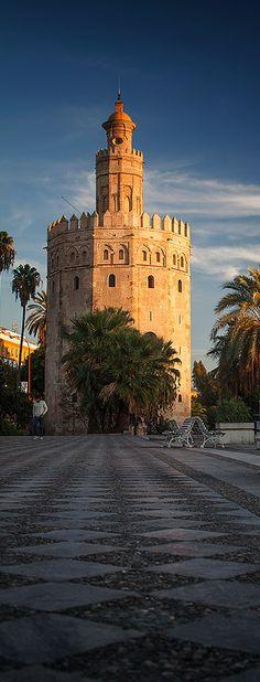 Torre del Oro. Gobernador Almohade Abù l-Ulà. Periodo Almohade. Entre 1220 y 1221. Situada al lado del río Guadalquivir, en Sevilla. Materiales piedra y sillares. Su función es una torre defensiva de la ciudad almohade que defendía al puerto. Es una torre albarrana compuesta por 3 pisos, el segundo y el tercero con una base dodecágonal, el primero un cuerpo cilíndrico y rematado en cúpula dorada. Su nombre se debe al reflejo dorado en el río debido a los azulejos que la revestían.