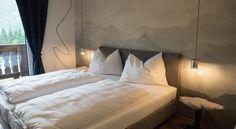 Booking.com: B&B - Das Franzl - St. Wolfgang, Österreich Interior Design, Room, Furniture, Home Decor, Dark Curtains, Flagstone, Wall Design, Interior Designing, Interior