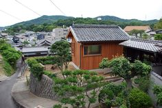 studio shed - Malubishi Architects — a firm based in Okayama and led by Ryuji Kajino — embraced the historic aesthetic of a tiny house and transforme. Building Facade, Green Building, Studio Shed, Roof Beam, Simple Shed, Barn Renovation, Small Buildings, Japanese Architecture, Old Barns