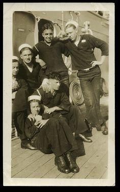 world war 2 Men Sailors Affectionate Navy vintage photos Military ~ Vintage Photographs, Vintage Images, Vintage Men, Vintage Fashion, Havana, Photos Originales, Vintage Sailor, Navy Sailor, Navy Man