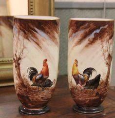 Deux vases en opaline à décor de coq ciirca 1900 - H: 25cm