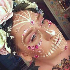 backstagebeauty - sugarskull, candyskull makeup look white and pink with gemstones Pink Skull, Creative Makeup Looks, Candy Skulls, Halloween Make Up, Sugar Skull, Makeup Ideas, Beauty Makeup, Stylists, Gemstones