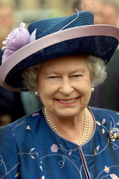 Queen Elizabeth II in the grounds of Buckingham Palace for a garden party to mark 50 years of the Duke of Edinburgh's award scheme on July 2006 in London, England. Get premium, high resolution news photos at Getty Images God Save The Queen, Hm The Queen, Royal Queen, Her Majesty The Queen, Queen Hat, Isabel Ii, Diana, British Royal Families, Prince Phillip