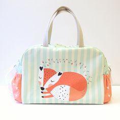 +++ Original, mignon, gras et avec une belle sleeping fox sur le devant, ce sac vous accompagnera votre enfant dans les tout-petits comme un sac de voyage ou un WEEKENDER. +++  Sac à couches spacieux, pratique et belle grosse que vous allez adorer ! Fait un grand cadeau de SHOWER de bébé !  Modèle du sac et le tissu Veneer conçu par nous !   CARACTÉRISTIQUES ***  * Six poches de différentes tailles qui offrent une place pour tous les trucs que vous devez prendre soin de votre bébé sur la…