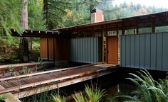 Located in Oregon, and designed by award winning architecture studio Cutler Anderson, the wooden Newberg Residence is a spectacular single-family square foot dwelling that was placed as a bridge across a beautiful pond. Stairway To Heaven, Architecture Résidentielle, Style Loft, American Houses, Box Houses, Wooden Cabins, Floating House, Good House, Decoration Design