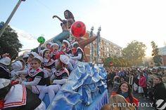 Las calles de Triana se llenaron ayer de color y alegría con el paso de la Cabalgata de los Reyes Magos. La llegada de sus majestades fue recibida con mucha ilusión, especialmente de parte de los más pequeños.   (imagen: DiariodeSevilla.es)