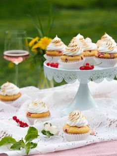 Punaherukka Kuppikakut Marenkikuorrutuksella | Annin Uunissa Nutella, Picnic, Cupcakes, Table Decorations, Recipes, Kite, Cup Cakes, Rezepte, Picnics