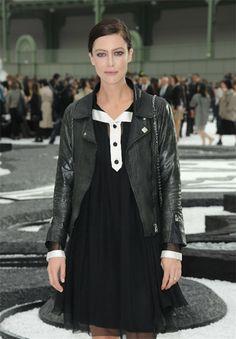 Anna Mouglalis con su chaqueta de chanel