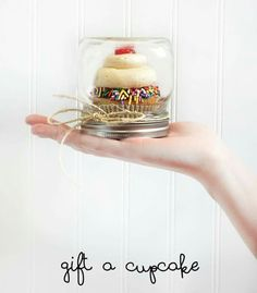 Cupcakes makes the perfect gift! Use a mason jar to give the yummy gift to that someone special. Via Junkyjoey, Facebook.