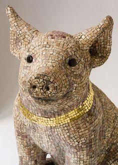 Narsete   porquinho / desenhado por Giuliano Babini, 2005 feita em mosaico de mármore , ouro coleira,