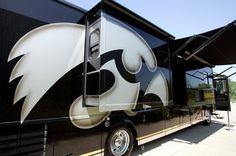 Winnebago Tour decked out with full-body Iowa Hawkeyes paint job - now that's a dedicated fan!