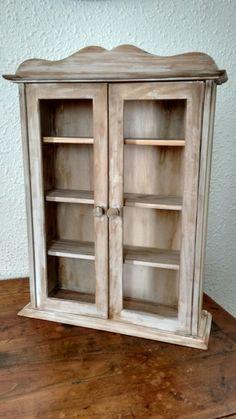 Vitrina de madera envejecida