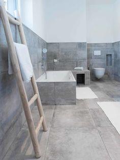 Schickes Accessoir – Leiter als Handtuchhalter Fancy accessoire – ladder als handdoekhouder Grey Bathrooms, Modern Bathroom, Small Bathroom, Master Bathroom, Bathroom Showers, Bad Inspiration, Bathroom Inspiration, Bathroom Furniture, Bathroom Interior