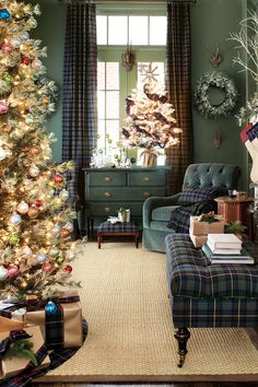 with Suzanne: The Holiday Collection Green living room decorated for Christmas by Suzanne Kassler for Ballard DesignsGreen living room decorated for Christmas by Suzanne Kassler for Ballard Designs Modern Christmas Decor, Christmas Living Rooms, Christmas Decorations For The Home, Holiday Decor, Christmas Bedroom, Winter Decorations, Tree Decorations, Tartan Christmas, Christmas Home