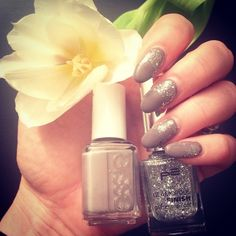 🎀 Nägel für die neue Woche lackiert 🎀 #nails #nailsart #essie #essienailpolish #chinchilly #p2 #glamorousfinish #glittertopcoat #030letsdance