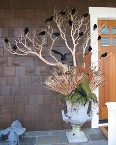 30 Easy DIY Front Porch Halloween Decoration - Real Time - Diet, Exercise, Fitness, Finance You for Healthy articles ideas Spooky Halloween, Halloween Veranda, Outdoor Halloween, Holidays Halloween, Vintage Halloween, Halloween Crafts, Happy Halloween, Halloween Party, Halloween Clothes